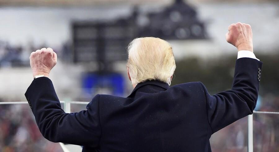 Snarere end at række ud, var Donald Trumps indsættelsestale konfrontatorisk. Snarere end at samle, trak den fronterne op. Men nu må den nyslåede amerikanske præsident alligevel få chancen for at vise, at han kan blive en stor én af slagsen. Det skylder man ham og det demokrati, som valgte ham.
