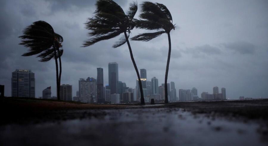 Mørke skyer ses over Miamis skyline, inden orkanen Irma går i land.