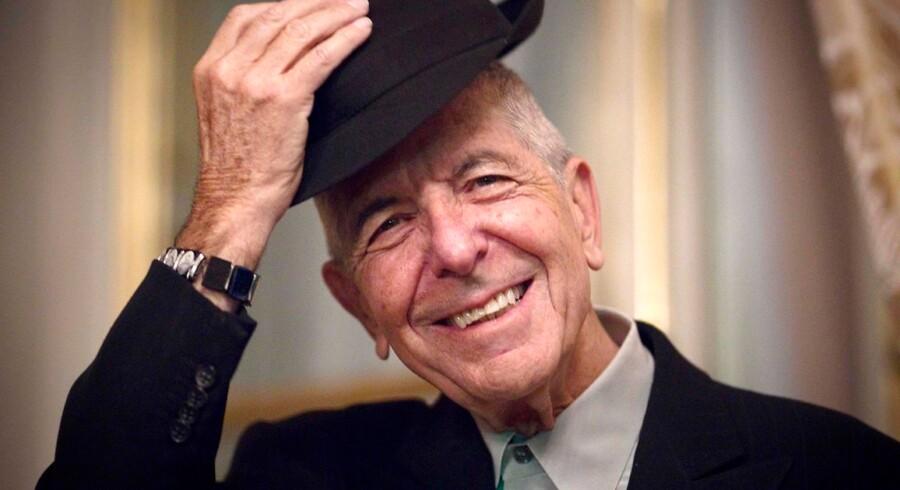 Leonard Cohen tipper med hatten under et besøg i Paris i 2012.