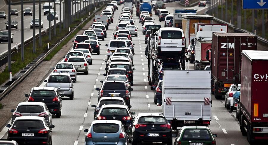 Et uheld med en lastbil betyder, at Esbjergmotorvejen torsdag ved middagstid er spærret i retning mod Kolding.