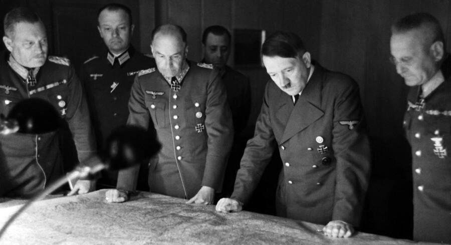 Adolf Hitler sammen med Chefen for hærens overkommando , generalfeldtmarshall Wilhelm Keitel (ytv) og generalfeldtmarshal von Brauchitsch (tv) samt chefen for generalstaben, generaloberst Halder (th)