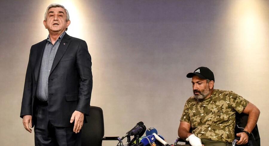 Et tv-transmitteret opgør mellem Armeniens premierminister Serzh Sargsyan (tv.) og oppositionslederen Nikol Pashinyan blev den symbolske afslutning på Sargsyans ti år lange styre i den tidligere sovjetrepublik.