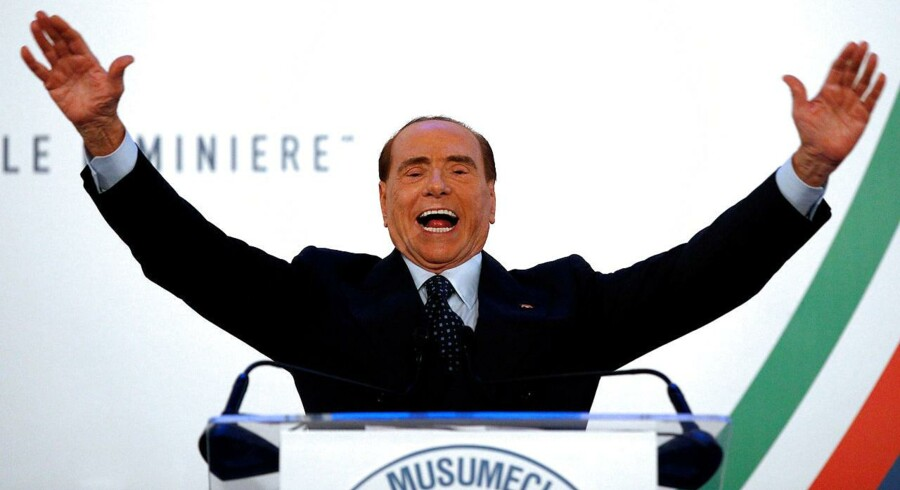 TRods skandaler, manglende valgbarhed og hjerteoperationer er Silvio Berlusconi på vej tilbage i centrum af italiensk politik. Og han nyder det - her under et valgmøde på Sicilien. REUTERS/Antonio Parrinello/File Photo