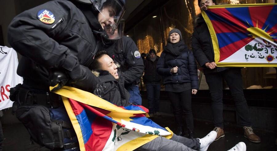 En mand bliver anholdt under søndagens demonstration for et frit Tibet inden den kinesiske præsidents besøg.