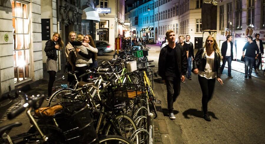 Støjplagede københavnere bliver nu tilbudt en økonomisk håndsrækning til nye og bedre isolerede vinduer. På billedet fester unge mennesker i Vestergade i København.