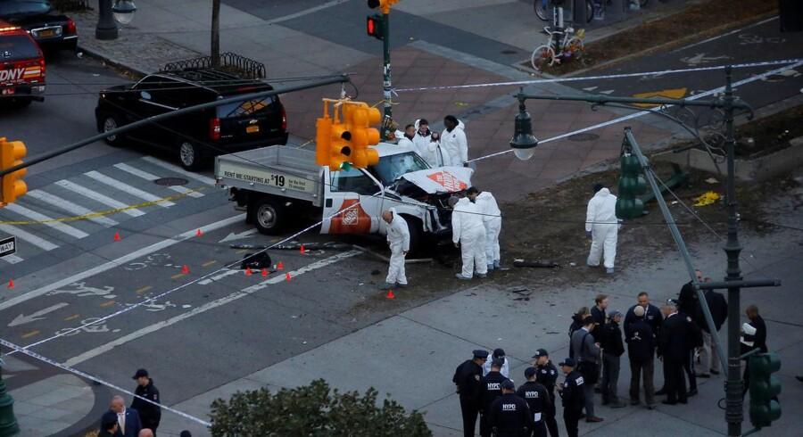 Otte mennesker er dræbt og adskillige såret, efter at en pickup kørte modsat retningen på en cykelsti i New York. Føreren blev derefter skudt af politiet.