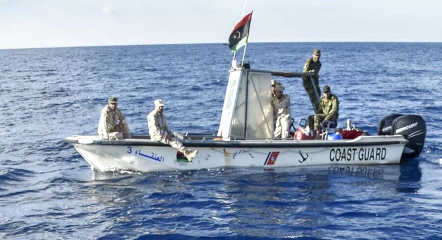 Libysk kystvagt holder øje med et maltesisk rednuingsskib, der kommer migranter og flygtninge til undsætning i Middelhavet. Billedet er fra novmeber 2016. I dag nøjes den libyske kystvagt ike med at holde øje. Den prøver aktivt på at holde de humanitære skibe ude af redningsindsatsen (Foto: ANDREAS SOLARO/Scanpix 2017)