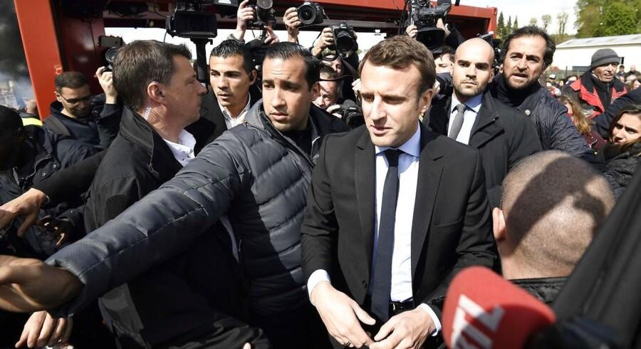 Sikkerhedsvagterne havde travlt, da Emmanuel Macron besøgte en lukningstruet fabrik i sin nordfranske hjemby Amiens. Men den uafhængige kandidat tog udfordringen fra de vrede arbejdere op. AFP PHOTO / POOL / Eric FEFERBERG