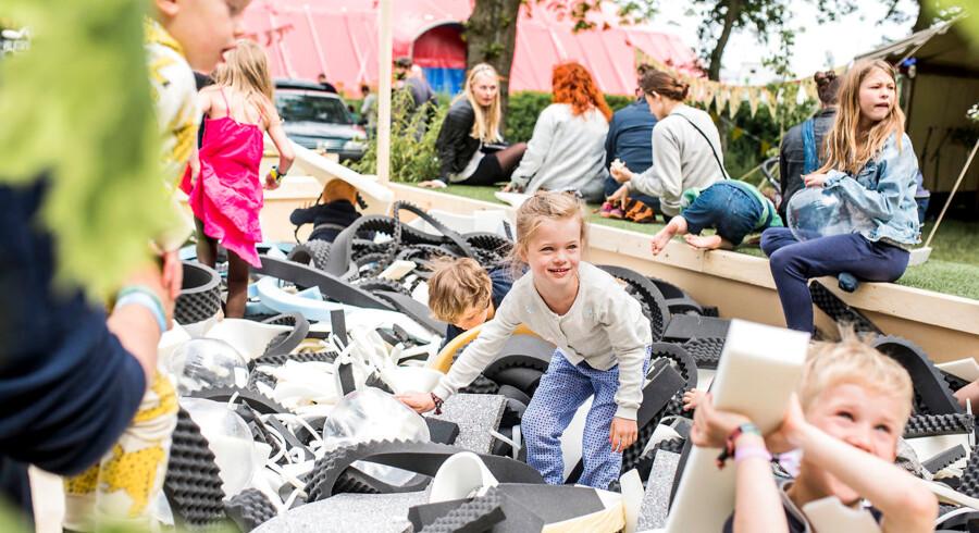 Berlingske er taget på Heartland Festival på Egeskov Slot på Fyn. Her findes Hjerteland, som er et festivalsområde særligt til børn. Heartland Festival varer fra den 2. juni til den 4. juni.