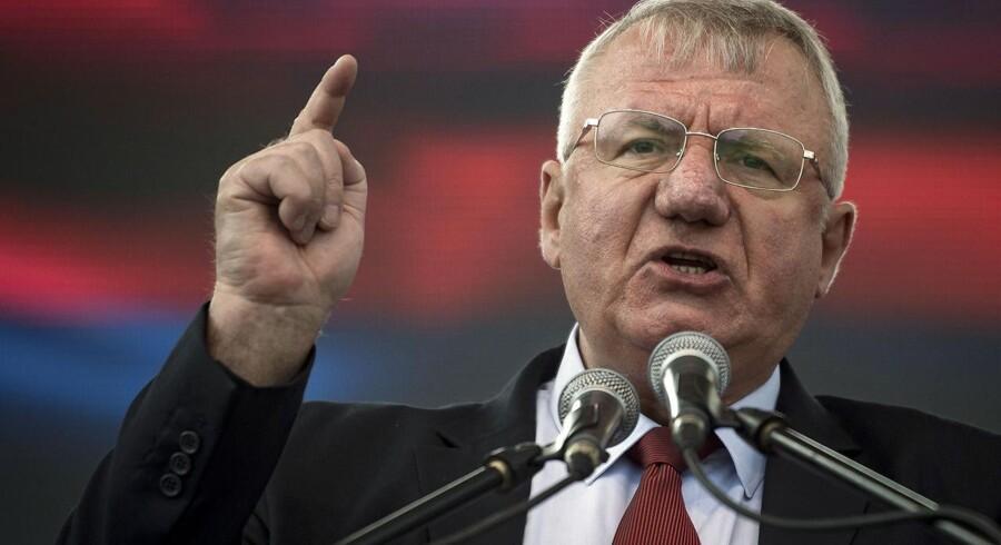En dommer ved en FN-appeldomstol i Haag har idømt den serbiske ultranationalist Vojislav Seselj ti års fængsel. Han er tidligere frifundet. Det skriver AFP.