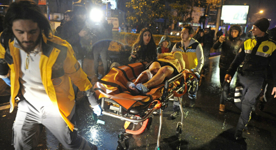 epa05693612 Medics carry a wounded victim on a stretcher to an ambulance after a gun attack on Reina, a popular night club in Istanbul, near by the Bosphorus, in Istanbul, Turkey, 01 January 2017. At least 35 people were killed and 40 others were wounded in the attack, local media reported. EPA/MURAT ERGIN/IHLAS NEWS AGENCY TURKEY OUT
