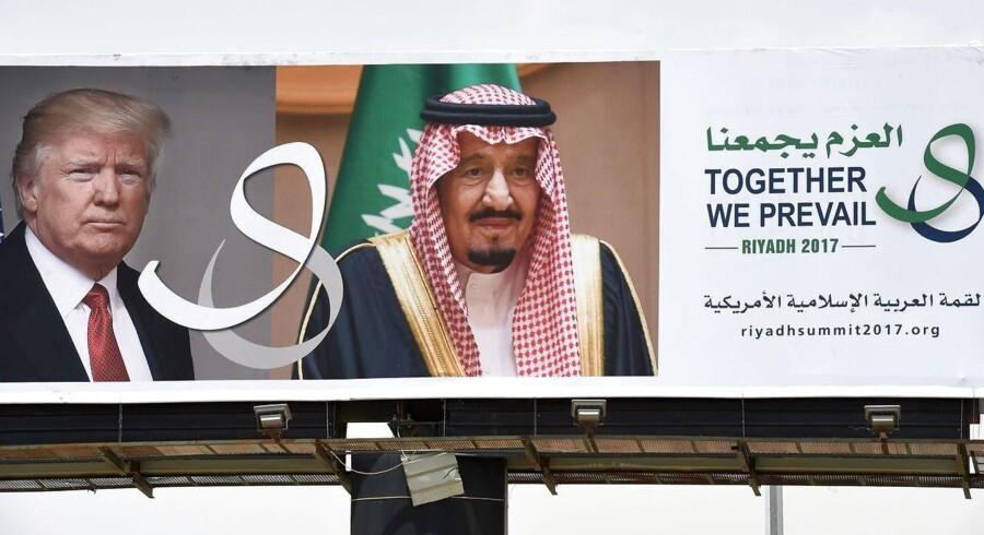 En stor plakat med USAs præsident Donald Trump og den saudiske konge Salman i den saudi arabiske hovedstad Riyadh. Trump besøger Saudi arabien i denne weekend. / AFP PHOTO / FAYEZ NURELDINE