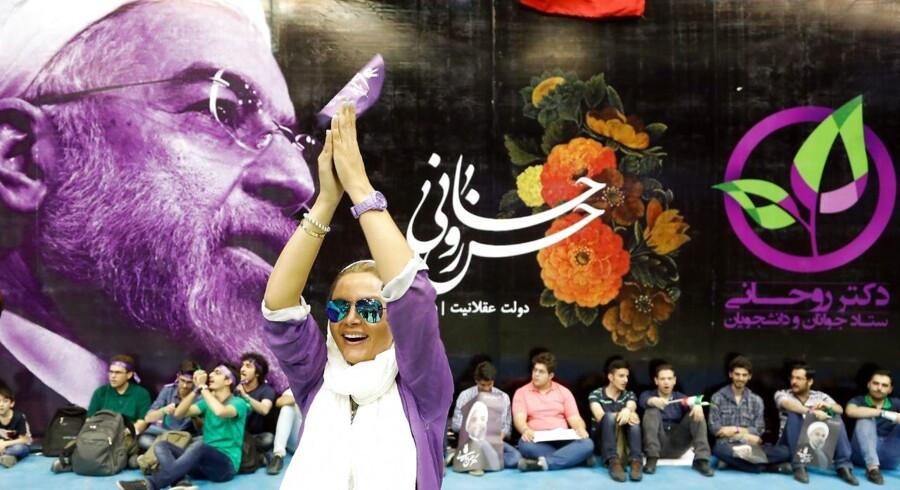 epa05962327 En kvindelig tilhænger af præsident Hassan Rouhani under valgkampen i Irans hovedstad Teheran, 13. Maj 2017. EPA/ABEDIN TAHERKENAREH