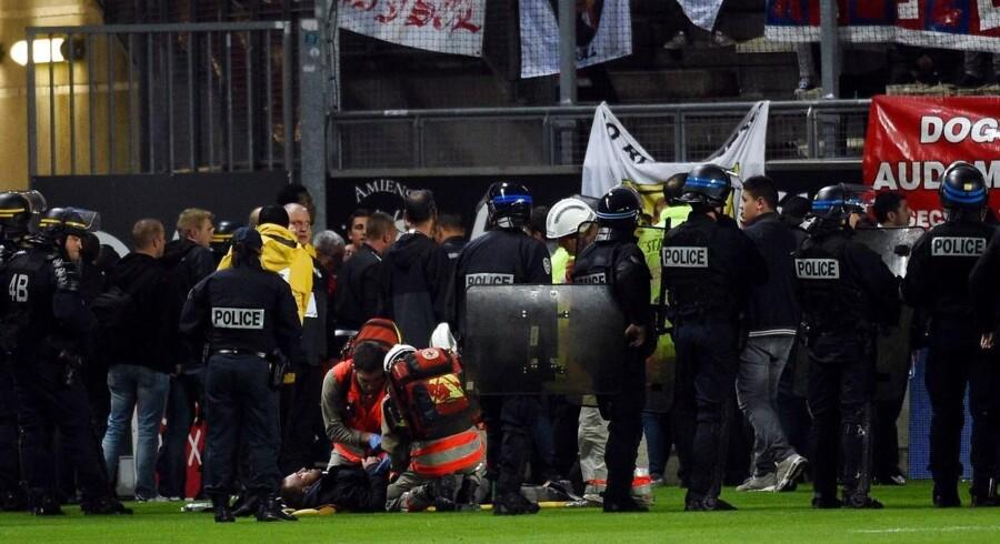 Fodboldkampen mellem Amiens og Lille i den franske Ligue 1 er aflyst, fordi et hegn foran udeholdets tilhængere er kollapset.