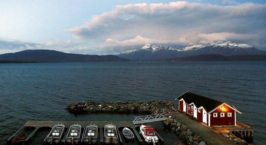 Et kig ud over fjeldene fra den lille norske by Mestervik i det nordlige Norge.