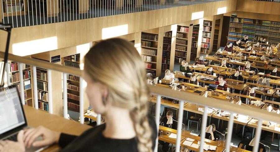Arbejdsmarkedet for akademiske bachelorer er så godt som ikke-eksisterende herhjemme, fremgår det af nye tal. Her er det studerende i læsesalen på Statsbiblioteket i Aarhus.