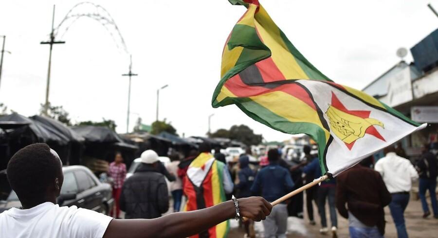 »Mellem 10.000 og 20.000 mennesker danser lige nu på gaden af glæde. Der er en enorm energi. De er ikke længere bange for Mugabe eller politik,« siger Tim Whyte, generalsekretær i Mellemfolkeligt Samvirke.