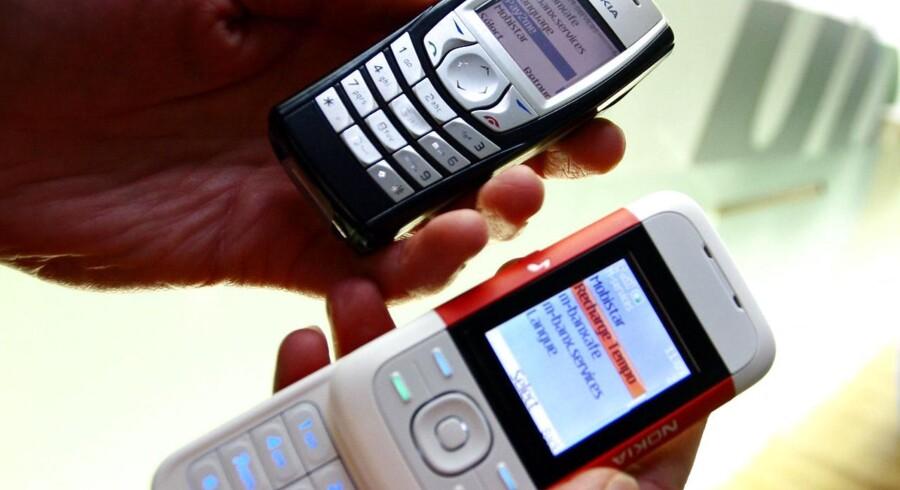 Mange har stadig i dag en GSM-mobiltelefon som disse fra 2007, da den første iPhone kom frem, selv om de kun kan ringe og bruge SMS-tekstbeskeder. Til gengæld holder de strøm i ugevis. Men nu begynder flere lande at slukke for GSM-signalet, og så må man finde sig en ny lommeven. Arkivfoto: Julien Warnand, AFP/Belga/Scanpix