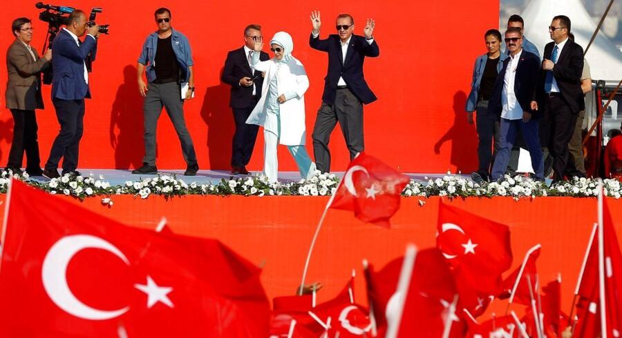 Tyrkiets præsident Recep Tayyip Erdogan hyldes til en demonstration i august mod det kupforsøg, som Erdogan overlevede i juli. Siden er titusindvis arresteret under beskyldninger om at sympatisere med den islamiske prædikant Fethullah Gülen, som ifølge de tyrkiske myndigheder stod bag kupforsøget. REUTERS/Osman Orsal/File Photo. (Foto: © Osman Orsal / Reuters/Scanpix 2016)