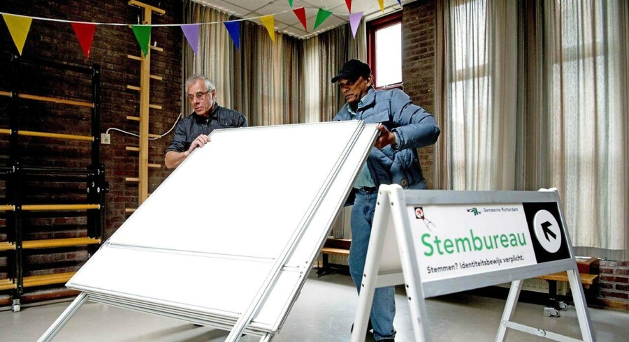 Hollandske vælgere har ved en folkeafstemning vendt tommelfingeren ned til EU's såkaldte associeringsaftale med Ukraine. På billedet bliver stemmeboksene gjort klar til valget. AFP PHOTO / ANP / Robin Utrecht / Netherlands OUT