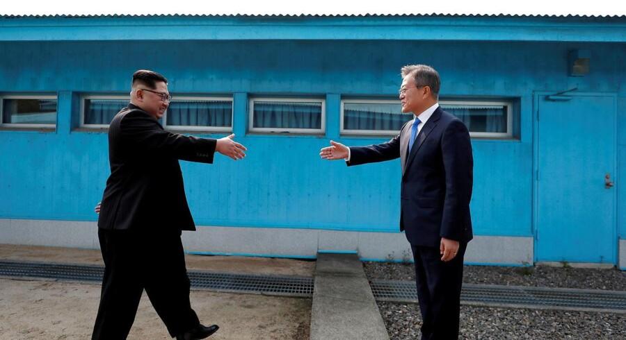 Goddag! De to ledere på den koreanske halvø, Nordkoreas Kim Jong-un og Sydkoreas Moon Jae-in, i den demilitariserede zone mellem de to lande i april. Foto: Reuters/Scanpix