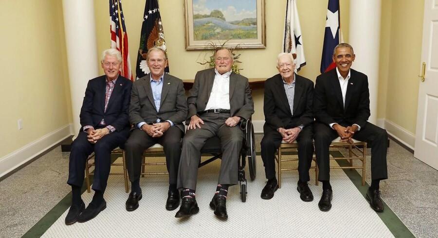 Fra venstre Bill Clinton, George W. Bush, George H.W. Bush, Jimmy Carter and Barack Obama - alle tidligere amerikanske præsidenter. EPA/PAUL MORSE / ONE AMERICA APPEAL / HANDOUT HANDOUT EDITORIAL USE ONLY/NO SALES