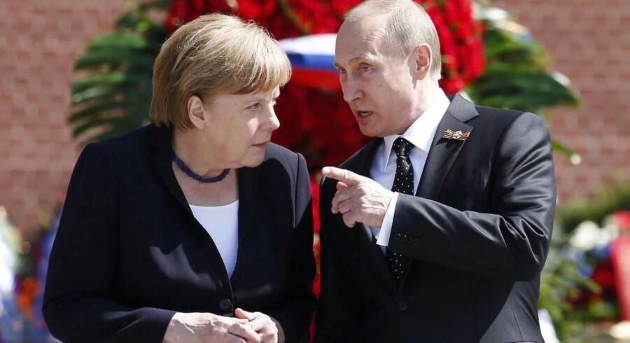 Vladimir Putin sammen og Angela Merkel ved en ceremoni i Moskva 10. maj.