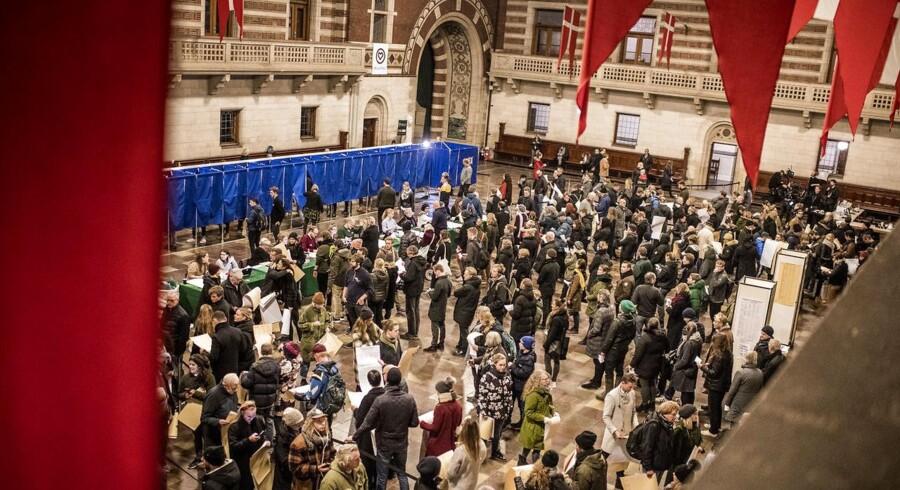 Københavnere står i kø til at stemme på Københavns Rådhus under Kommunalvalget 2017, tirsdag den 21. november 2017.