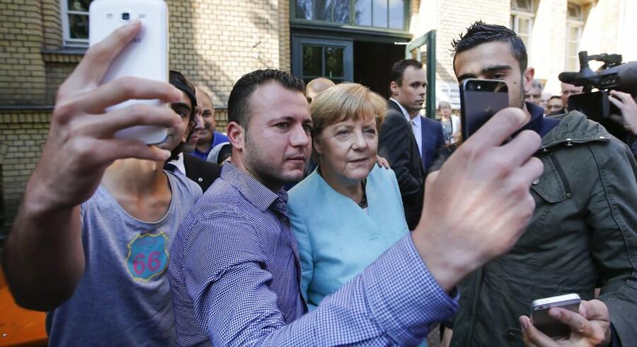 Angela Merkel var en del af den tyske velkomstkultur, da hun tog en selfie med en nyankommen flygtning. Ny rapport hævder, at tyske medier svigtede deres opgave ved at springe med på velkomstkulturen i flygtningekrisens første dage.
