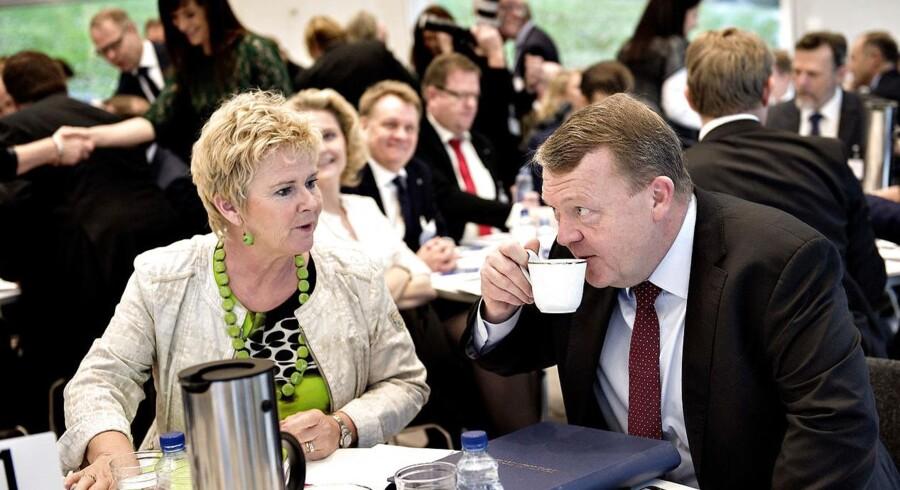 """Statsminister Lars Løkke Rasmussen holder møde om fremtidens arbejdsmarked mandag formiddag d. 19. december 2016 på Marienborg. Formålet med mødet er at indsamle idéer til arbejdet med """"Partnerskab om fremtidens arbejdsmarked"""". Lars Løkke Rasmussen har (V) inviteret eksperter, virksomheder, ministre og arbejdsmarkedets parter til et inspirationsmøde. Her ses statsministeren sammen med LO-formand Lizette Risgaard (tv). (Foto: Keld Navntoft/Scanpix 2016)"""