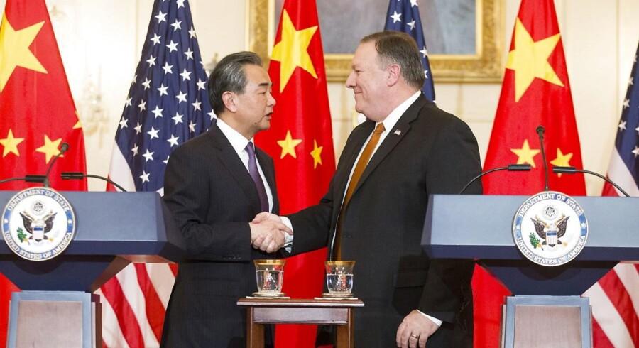 Den kinesiske minister fik en kold skulder under sit besøg i USA. Tidligere onsdag meddelte USA's forsvarsministerium, Pentagon, at man tilbagekalder en invitation til Kina om at deltage i en stor international flådeøvelse. EPA/MICHAEL REYNOLDS