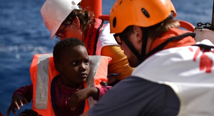 Arkivfoto af en et barn, der reddes af den italienske kystvagt.