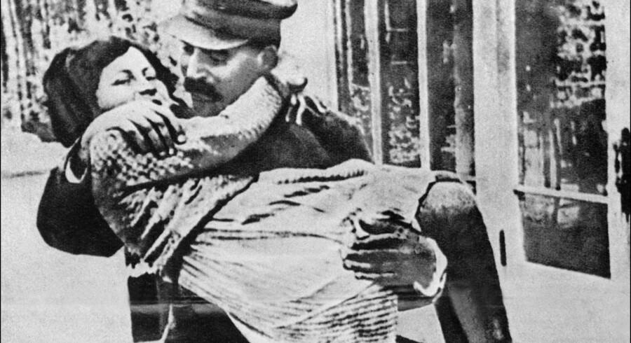 Da Svetlana Stalin var lille, viste faderen Josef Stalin stor ømhed for hende, men da datteren blev ældre blev forholdet mere og mere kompliceret. Arkivfoto: Scanpix