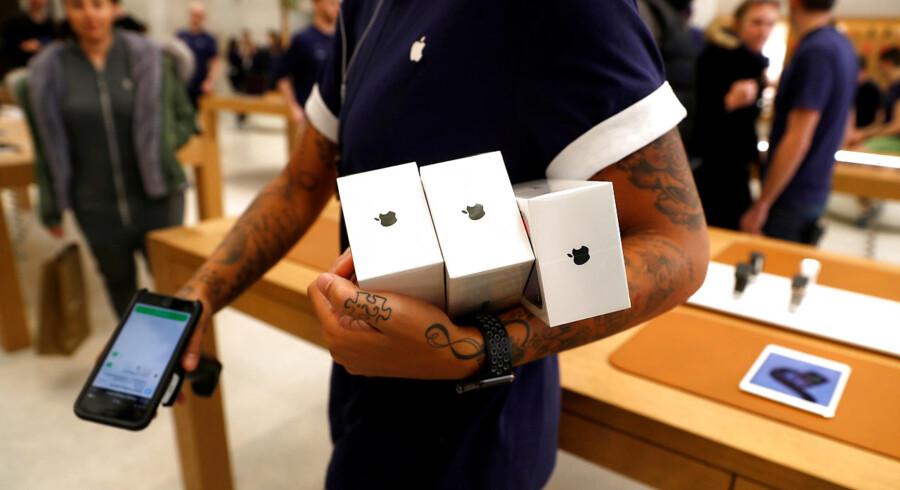 De nye iPhone X går som varmt brød i den store Apple Store i Londons Regent Street. Foto: Peter Nicholls/Reuters