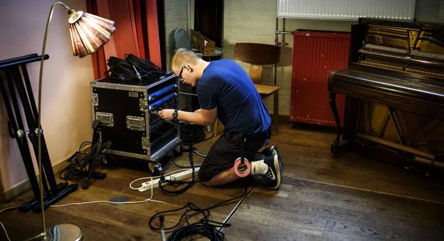 Jakob Borg ville stifte egen virksomhed, som lydtekniker, men det satte Statsforvaltningen en stopper for. Han undrer sig over, at staten skal bestemme og ikke hans forældre. På billederne er han på job i Absalon på Veterbro