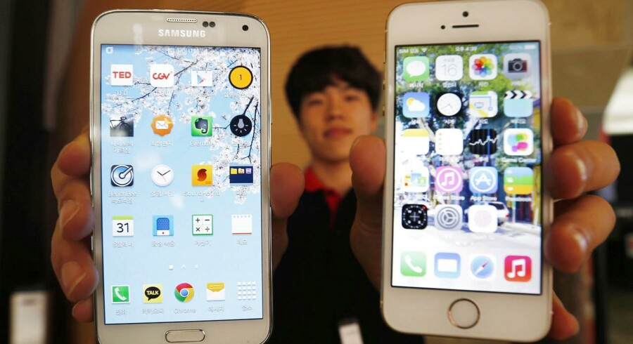 Hvem er hvem? Samsungs telefoner (til venstre) og Apples (til højre) er fortsat i fokus i en omfattende retssag, hvor Samsung nu - måske foreløbig - betaler en milliarderstatning til Apple. Arkivfoto: Kim Hong-Ji, Reuters/Scanpix