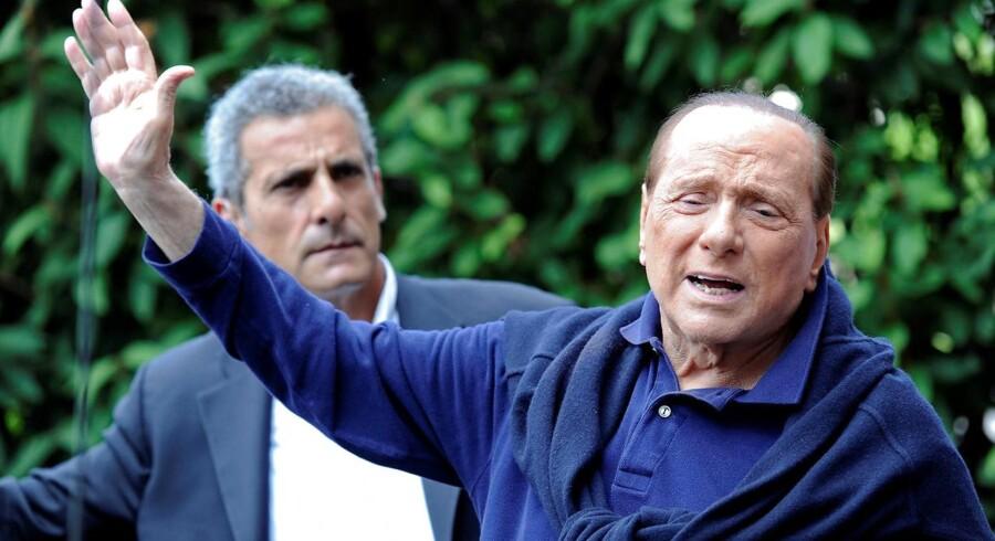 Berlusconi vinker på vej ud af hospitalet efter sin hjerteoperation - bliver nu hovedpersoni en film af Paolo Sorrentino.