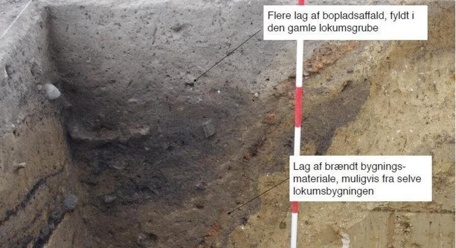 Arkæologer har fundet Danmarks formentlig ældste lokum på et vikingebosted på Stevns. Hullet er to meter dybt, og analyser tyder på, at hullet er fyldt med menneskeafføring og har ligget inde i et lille hus. Free/Anna S. Beck