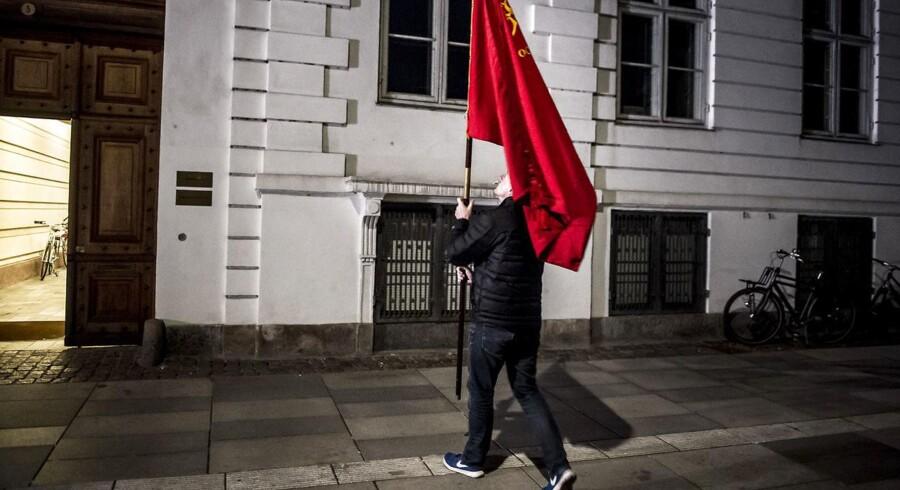 Fremmødte venter ud på natten fortsat på en afklaring fra Forligsinstitutionen.