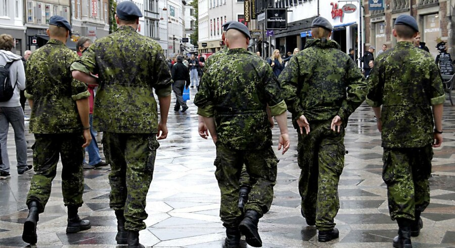 600 soldater er siden januar blevet trænet til at hjælpe ved modtagecentre for flygtninge og migranter. Og de må ikke bære våben, lyder det fra Forsvarets ledelse. Hærens øverste chef siger, at det vil indebære en risiko for soldaterne.