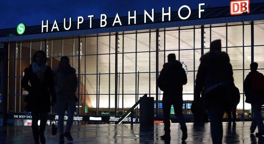 I Köln strides lokalpolitikere over det langsommelige opklaringsarbejde, der indtil videre har resulteret i mistanker mod 21 navngivne personer, hvoraf otte sidder varetægtsfængslet. Som den eneste mistænkte for seksuelle krænkelser anholdt tysk politi i weekenden en 26-årig algerisk mand.