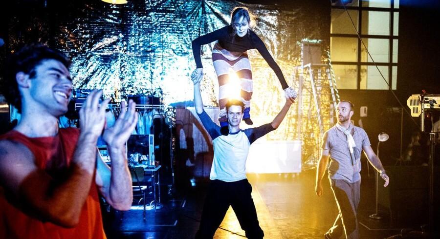 Den Kongelige Ballets koreografiske laboratorium bliver nu udvidet til et selvstændigt ensemble for moderne ballet. Her er der gang i prøverne på Tue Bierings forestilling »Tornerose skal dø«.