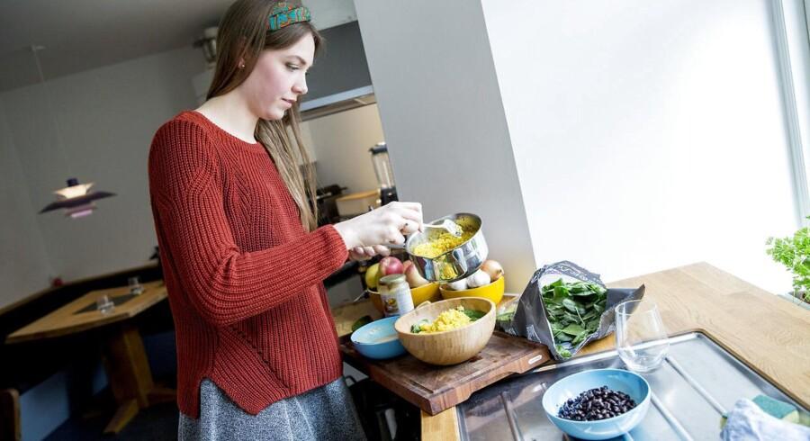 Cecilie Bresson lever af plantebaseret kost, hun er veganer og optimerer sundheden i alle sine måltider. Her er hun i gang med at lave sin frokost i sit køkken.
