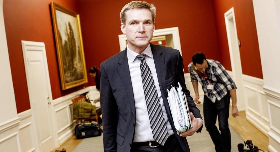 Ekstra Bladet skriver onsdag, at Dansk Folkepartis menige medlemmer er i årevis blevet instrueret i, hvordan de kunne få tilskud fra skattekroner øremærket til oplysning om Europa, mens de deltog i partiets fester.