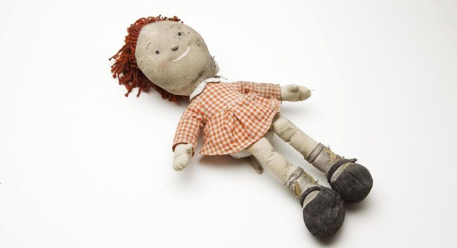 Dukken er et symbol i Elena Ferrantes børnebog og voksenroman.
