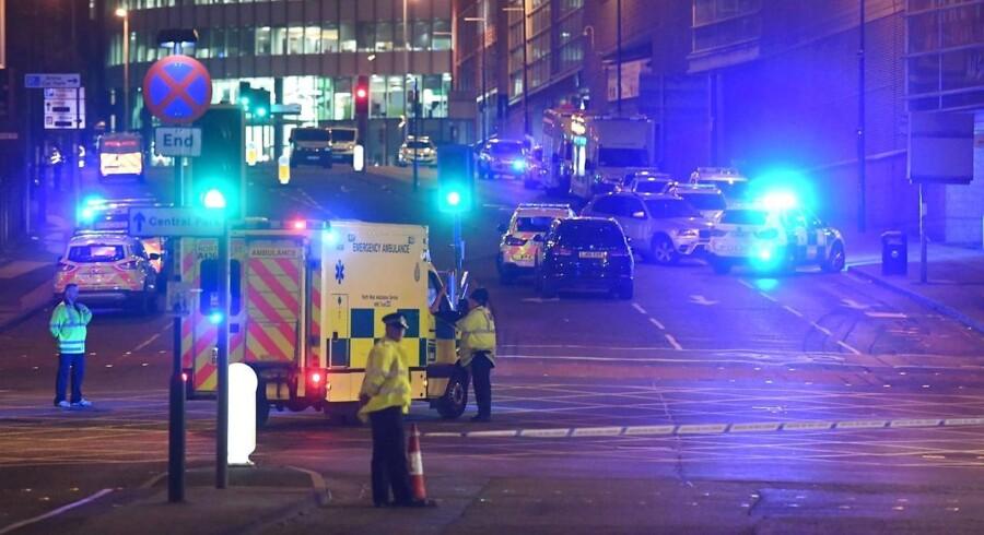 Det britiske politi melder om 22 dræbte og mindst 59 sårede i en eksplosion ved Manchester Arena efter en Arianna Grande-koncert sent mandag aften. Premierminister Theresa May kalder angrebet afskyeligt. Angrebet efterforskes som et muligt terrorangreb. / AFP PHOTO / Paul ELLIS
