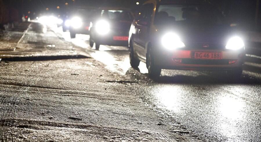 »Her til morgen har vi flere steder sne- og isglatte veje i hele landet. Sådan vil det være hele morgenen og det meste af formiddagen.«