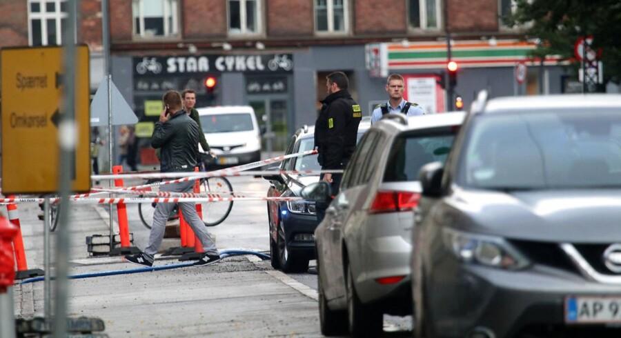 Politiet afspærrer området ved Esromgade på Nørrebro, hvor der søndag aften den 20. august 2017 er meldinger om skyderi.