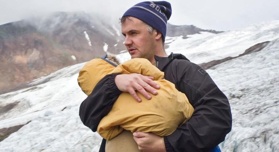 Manden bag kunstneraliasset Mount Eerie, amerikanske Phil Elverum, har begået en mesterligt musikalsk elegi for sin afdøde kone. Her ses han med sin lille datter i favnen.