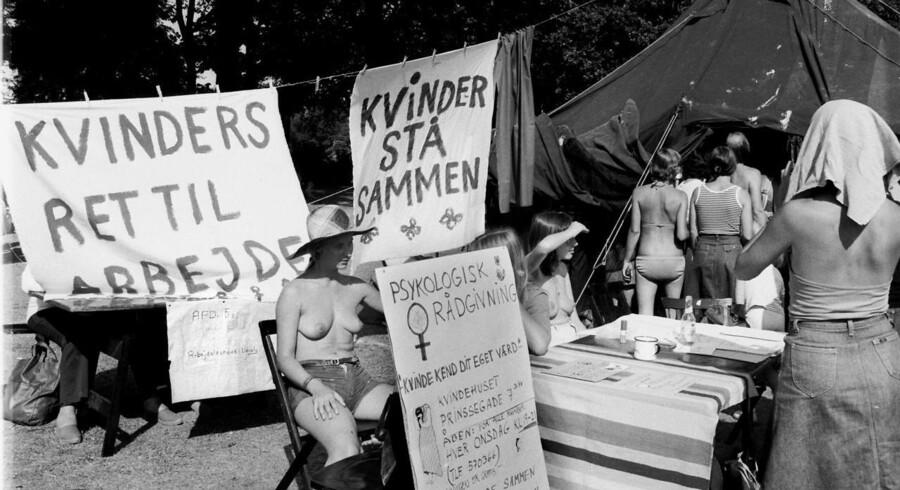 Danmark Dengang 1976. Kvindefestivalen i Fælledparken er en begivenhed der samler tusinder. Kvindekamp er klassekamp, klassekamp er kvindekamp.